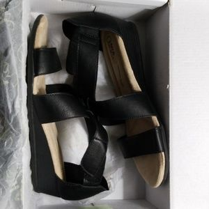 Woman's Mia Amore Sandals